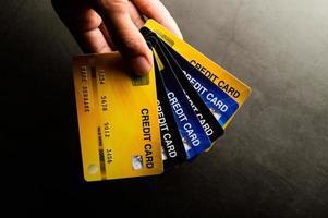 närbild av flera kreditkort foto
