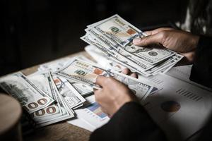 affärsperson beräknar ekonomisk tillväxt och investeringar