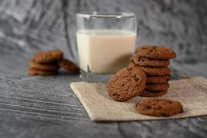 kakor och ett glas mjölk på en trasa