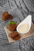 kakor och en sked mjölk på en trasa