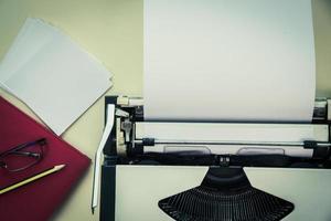 skrivmaskin med blankt papper foto