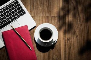 platt låg, ovanifrån av kontorsutrymme med kaffe foto
