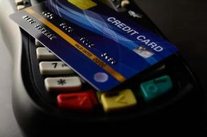 kreditkort placerade på kreditkortsmaskin foto