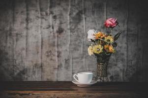 stilleben med blommor och en kaffekopp foto