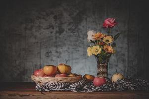 stilleben med blommor och fruktkorgar foto