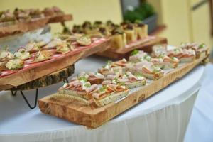 mini-kanapéer på serveringsbrädor