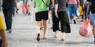 människor som går på upptagen gata foto