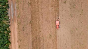 röd traktor i ett fält foto