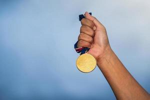 person som innehar en medalj foto