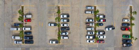 grupp av bilar på en parkeringsplats foto
