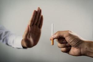 säger nej tack till en cigarett foto