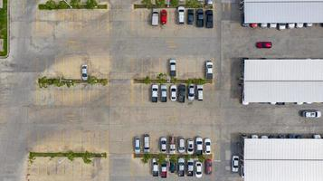 Flygfoto över en utomhusparkering foto