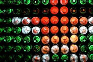 färgglad dekoration av flaskor med belysning på natten, dekorationsvägg gjord av återanvända flaskor foto