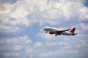 kommersiellt flygplan i himlen