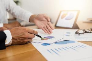 ekonomisk planering med grafer och penna foto