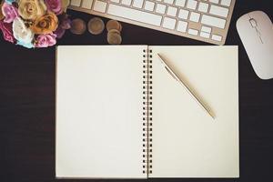 ovanifrån av penna och anteckningsbok foto
