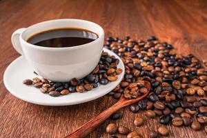 kaffebönor och kopp kaffe foto
