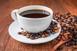 närbild av en kopp kaffe med bönor foto