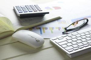 bordsskiva med miniräknare och tangentbord foto