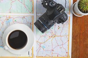 kamera och kaffe på en karta foto
