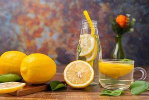 citronskivor på en skärbräda