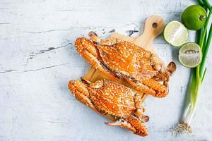 krabbor med limefrukter och grön lök foto