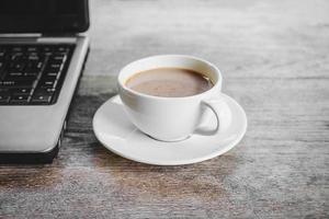 kaffe och en bärbar dator foto