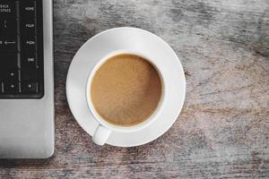 ovanifrån av kaffe och en bärbar dator foto