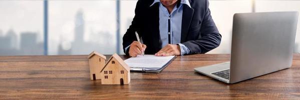 husägare undertecknar kontrakt foto