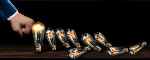 glödlampor faller över som domino