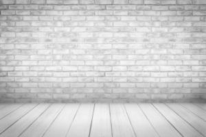 vitt trägolv med bakgrund för tegelvägg foto
