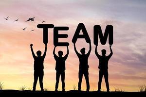 silhuett av människor som håller team word foto