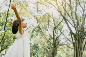 ung flicka glad och fri i park foto