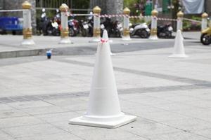 vit trafik kon på gatan foto