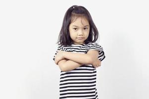 ung asiatisk tjej med armarna korsade över bröstet foto
