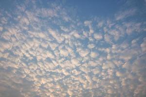 blå himmel och vita moln före solnedgången foto