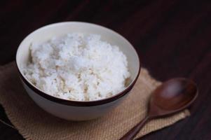 thailändskt ris i skål med träsked