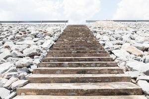 trappor som leder till vägen foto