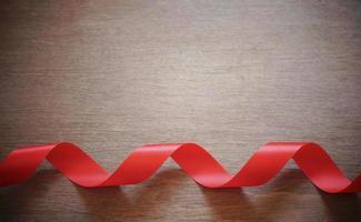 krullat rött band på trä foto