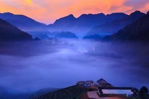 morgondimma på terrassen av te i doi angkhang i Chiangmai, Thailand foto