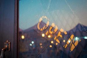 öppet tecken på dörren till en butik