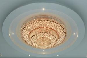 ljuskrona i ett klassiskt rum som lyser