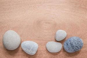 zen och spa sten på slätt trä med kopia utrymme foto