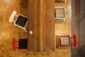 ovanifrån av ett kafé, träbord och stolar foto