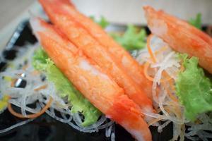 färsk krabba med grönsaker på en tallrik foto