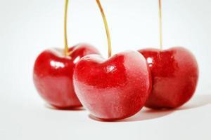 körsbärsröd frukt isolerad på en vit bakgrund foto