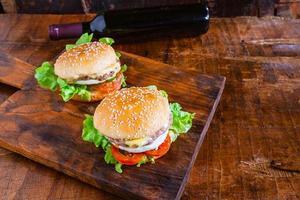 hamburgare på ett träbord foto