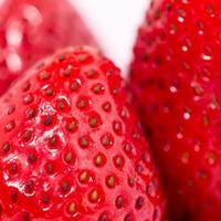 skivad jordgubbsfrukt isolerad på rosa bakgrund, popkonst färgkoncept foto