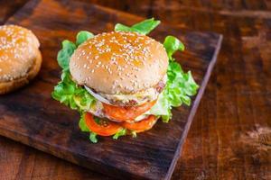 färsk burger på ett bord foto