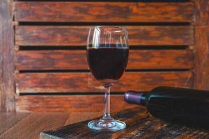 rött vin på trä bakgrund foto